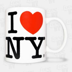 Zeigen Sie Ihre Liebe zu New York mit jedem Schluck aus dieser weissen Keramiktasse. Beidseitig mit dem typischen I LOVE NY Logo versehen, fasst diese Tasse 300ml von Ihrem heißgeliebten Kaffee oder Tee. Eine einzigartige Ergänzung Ihrer Kaffeetassenkollektion. Selbstverständlich handelt es sich um eine original lizensierte Tasse aus New York. #kaffeetasse #coffee #mug #kaffee #iloveny #newyorkcity #newyork #nyc #ny
