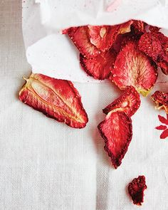 Classic chips are nowhere near as healthy as they should be. Instead of picking up a bag of Lays, try these 10 dehydrated fruit chip recipes. Slow Cooker Desserts, Fruit Chips Recipe, Plat Vegan, Vegetable Chips, Sweet Paul, Dehydrated Food, Dehydrated Strawberries, Dried Strawberries, Think Food