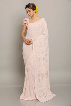 Here is How You Can Look Regal In A Classic Chikankari Saree Sari Blouse Designs, Fancy Blouse Designs, Shagun Blouse Designs, Trendy Sarees, Stylish Sarees, Indische Sarees, Modern Saree, Sleeves Designs For Dresses, Fashion Clothes
