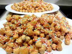 Gli struffoli sono un dolce natalizio della tradizione campana. Queste colorate palline fritte con miele sono come le ciliegie: una tira l'altra.
