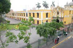 Casona de la U.N.M.S.M. al costado el Panteón de los Próceres. Ubicado en Pque. Universitario, Lima - Perú.