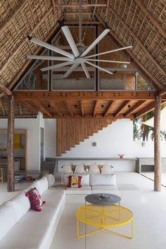 Пляжный домик в стиле бунгало с бассейном и соломенной крышей