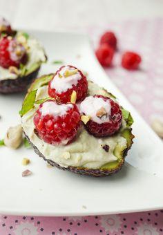 Gefüllte Avocado mit Himbeeren und Arla Skyr - Gaumenfreundin - Food