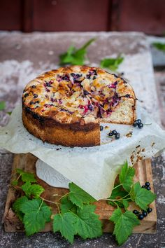vinbärskaka med flagad mandel, mandelmassa och hyvlat smör