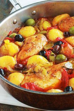 Vous allez vous lécher les doigts avec ce plat si simple mais tellement savoureux. Composé de blancs ou escalopes de poulet, des poivrons, pommes de terre et oignons. Un plat de poulet et légumes mijotés, très facile à faire et rapide. Accompagné de pain, ça vous fait un plat complet épicé plein de saveur.