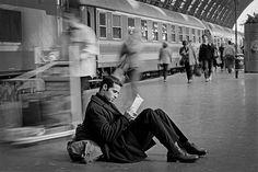 Waiting at Central Station, Milan Italy 1997 -Photo: Ferdinando Scianna - #ObiettivoLeggere - @Libriamo Tutti