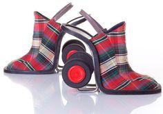 We zien allemaal weleens een stel aparte schoenen, maar deze vreemde paren hebben jullie vast nog niet eerder gezien! Wij vragen ons nog steeds af waar de ontwerpers de inspiratie vandaan haalden...
