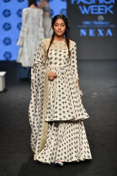 Check out the latest collection by Punit Balana showcased at the Lakme Fashion Week Summer/Resort 2019 Gharara Designs, Kurta Designs, Indian Designer Suits, Indian Fashion Designers, Lakme Fashion Week, India Fashion, Tokyo Fashion, African Fashion, Street Fashion