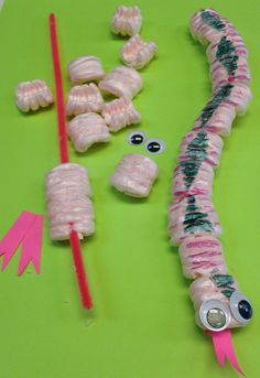 Packing Peanut Snakes – My Brooklyn Baby Craft Projects For Kids, Craft Activities For Kids, Diy For Kids, Creative Arts And Crafts, Brooklyn Baby, Bee Crafts, Classroom Crafts, Camping Crafts, Recycled Crafts