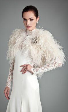 Noivas quentinhas - casaco de penas Temperley London #casarcomgosto