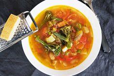 Italská zeleninová polévka minestrone. Pro dochucení použijte parmazán. Thai Red Curry, Cooking, Ethnic Recipes, Food, Fine Dining, Kitchen, Essen, Meals, Yemek