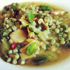 Zuppa vegetariana con carciofi e piselli - #soup #healthy #veggie #light #food #recipe #instafood #instagnam #foodporn #lunch #dinner - http://antipastiveloci.it/zuppa-fredda-di-carciofi-e-piselli
