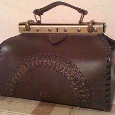 Женская сумка-саквояж №109 из натуральной кожи. Авторская ручная работа, оплётка боковых граней, чеканка по коже.
