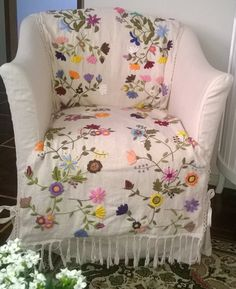 48 ideas for embroidery designs modern fabrics Cushion Embroidery, Kurti Embroidery Design, Modern Embroidery, Crewel Embroidery, Free Machine Embroidery Designs, Hand Embroidery Patterns, Floral Bedspread, Brazilian Embroidery, Modern Fabric