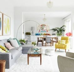 coin cosy at accueillant, couleur peinture salon blanc, canapé gris, tapis blanc, palette de plusieurs couleurs salon style boho, amenagement salon joviale