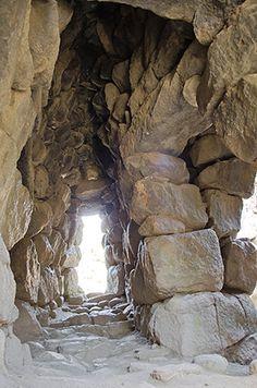 Nuraghe Majori - Tempio Pausania  Il lungo corridoio ogivale che dall'ingresso conduce al cortile, nuragic age