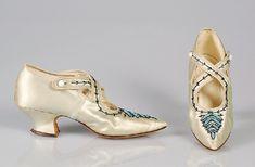 История обуви исчисляется тысячелетиями. Первая обувь появилась около 30 тысяч лет назад. Обувь носила исключительно практический характер. И лишь в средние века в высших сословиях обувь стала приобретать тенденции моды, отображать статусность владельца. В 18 веке в мужском и женском костюме появилась не функциональная, а исключительно статусная, модная, этикетная функция обуви — салонная, вечерняя обувь.
