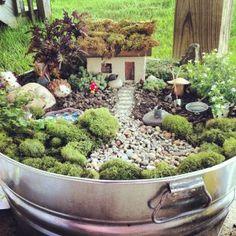 疲れてへとへとになった時に見ると癒される、緑の植物をもっと手軽な感じでまとめた「ミニチュアガーデン」は、ぜひ家に置いておきたい箱庭である。色んな植物と小物を組み…