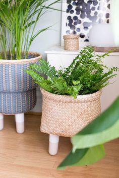 DIY Legged Basket Planter. Creative ways to pot your plants!  #plantlady #plants #planters #DIY #tutorials