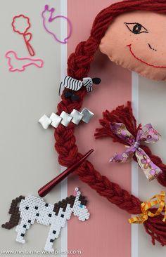 Pippi Langstrumpf hält Haarspangen / Fifi Brindacier / Pippi Longstocking