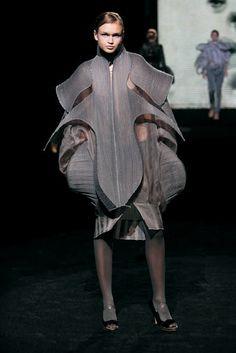 Sculptural Fashion Construction - dramatic shapes in fashion design; Origami Fashion, 3d Fashion, Weird Fashion, Punk Fashion, Fashion Details, Fashion Design, 3d Mode, Conceptual Fashion, Sculptural Fashion
