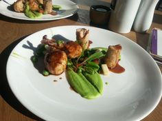 Small spring chicken (prepared sous vide) with pea purée, cherry tomatoes, pea pods and mint, with red wine sauce.