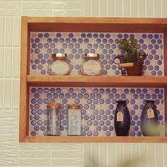 棚の背景にタイルを敷き詰めると、立体感とアクセントを出せるので、ワンランクおしゃれなお部屋に!