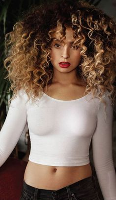ELLA EYRE SHARES 'COMEBACK' how's her hair so great even though she got curls like that?? Me no understand :0