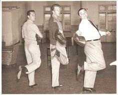 Gordon MacRae (izquierda), Ernest Borgnine (derecha) y Dan Dailey (centro) haciendo el ganso durante el rodaje de 'The Best things in Life are Free' (1956). Algún día habría que hacerle un homenaje a Dailey, uno de los grandes-grandes del musical americano (y la MGM) y del que se acuerda muy poca gente (al menos, en España, casi nadie; sí, te suena su cara, y baila espectacularmente bien, y es gracioso y tal, pero...)