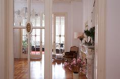 Bekukkantana Budapest egyik legszebb lakásába? - Otthon - lakaskultura.hu World Of Interiors, Budapest, Oversized Mirror, Windows, Room, Furniture, Community, Home Decor, Ideas