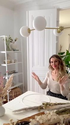 Diy Crafts Videos, Diy Crafts To Sell, Home Crafts, Diy Videos, Feather Wall Decor, Dried Flower Wreaths, Fleurs Diy, Dried Flower Arrangements, Diy Wedding Decorations