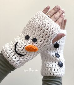 Crochet Christmas Fingerless Gloves - Repeat Crafter Me Crochet Fingerless Gloves Free Pattern, Crochet Mittens, Fingerless Mittens, Crochet Christmas Gifts, Christmas Crochet Patterns, Holiday Crochet, Loom Knitting Patterns, Hat Patterns, Knitting Tutorials