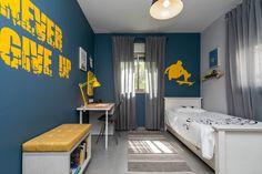 חדר לילד שעולה לכיתה א בגוונים של כחול צהוב ואפור חדר במראה בוגר שקיבל אופי בזכות צבעים דומיננטיים עם שולחן כתיבה, מיטה ומקורות אחסון רבים