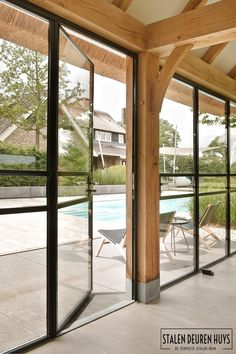 Slender steel folding doors in the exclusive pool house – Alto ■ Exclusive lounge and … Home Room Design, House Design, Extension Veranda, Enclosed Gazebo, Wood Shop Projects, Barn Renovation, Garden Deco, Garden Office, Roof Design