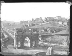 Vista incredibile scattata dal Colosseo, in primo pianol'Arco di Costantino e la Meta Sudans, sullo sfondo il Palatino con i ruderi che spuntano tra una vigna e l'altra e Via di San Gregorio sterrata.1850