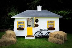 Here we are in our full glory! Nigh Nelly bicycle outside, flowers blooming and the Craic is ready to flow inside.