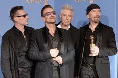 Componentes de U2 posan con su Globo de Oro