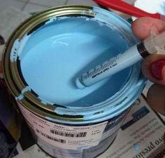 Garrafas de vinho, suco e de leite de coco que iriam para o lixo viraram 3 enfeites super bacanas. Aprenda a fazer garrafas coloridas pintadas de cor!