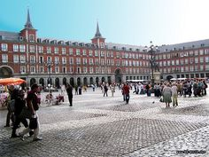 This is the Plaza de España found in every city, but the most important thing is that people do not really live inside their houses but more on the street.