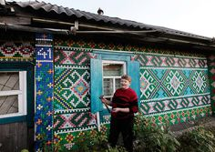 30,000 bottle caps used to decorate small Russian home. by Olga Kostina