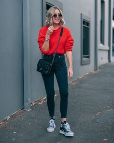 20 Casual Fall Outfit Ideas To Copy Right Now 05 Mode Converse, Outfits With Converse, Womens Converse Outfit, T Shirt And Jeans Outfit, Black High Waisted Jeans Outfit, Outfits With Black Jeans, Skinny Jeans Converse, Green Outfits For Women, Converse Shoes Outfit