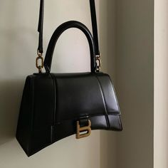 For the past year, Chloe has once again revolutionized the fashion industry with the introduction of their signature Chloe handbags. Coach Handbags Outlet, Purses And Handbags, Coach Bags, Backpack Purse, Leather Backpack, Farfetch Brasil, Balenciaga Bag, Accesorios Casual, Small Crossbody Bag