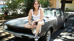 Thais Roland é a dona deste Ford Maverick SL 1975. Ela faz a manutenção de seu próprio carro, além de trabalhar em uma oficina. Veja no FlatOut!