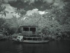 """""""A casa e o barco no Combú"""" foto da serie """"nightvisions"""" do fotografo brasileiro Luiz Braga. O ensaio Nightvisions pode ser visto em São Paulo na Galeria Leme."""