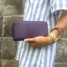 La billetera más práctica! / Julieta en morado / PLUMSHOPONLINE.COM – Carteras de cuero y moda para mujeres de la marca Plum – Compra por internet con envío Gratis a todo Perú e inmediato a todo el mundo. - Shop online your best leather and fashion women's with inmediate world wide shipping #handbags #carteras #handbags #bags #moda #fashion #style #fashion outfit # clutch #cartera #handbag #bag #leather handbags #fashion handbags #carteras de moda #carteras para mujer
