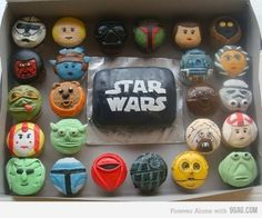 Om Nom Nom Nom: Star Wars Cupcakes [PIC] may the be with you! Whose your favorite characters cupcakes? Star Wars Party, Star Wars Birthday, Batman Dark Knight, Joker Batman, Bolo Star Wars, Star Wars Cake, Funny Cupcakes, Nerd Cupcakes, Birthday Cupcakes
