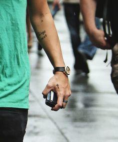 I LOVE Harry Styles' cross hand tattoo! Harry Styles Tattoos, Harry Tattoos, Harry Styles Hands, Harry Styles Cute, Cool Tattoos, Miley Tattoos, Tatoos, Cross Tattoo On Hand, Cross Tattoo For Men