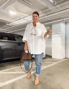 May 2020 - This Pin was discovered by Julia Marie B White Shirt Outfits, Cute Casual Outfits, White Shirt And Jeans, Outfit Jeans, Casual Shorts, Curvy Girl Outfits, Plus Size Outfits, Look Plus Size, Mode Outfits