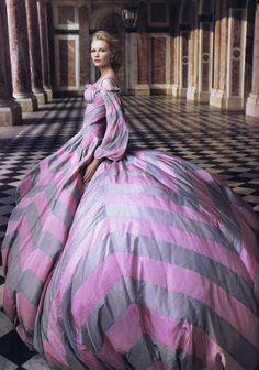 Stunning! Kirsten Dunst in Alexander McQueen; photo by Annie Lebowitz - what a combo! @Alexander Forsén McQueen