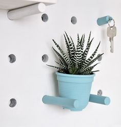 Multitasking DIY pegboard | Tablero multiusos DIY | via casahaus.net